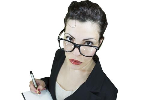 Junge Frau - Journalistin - mit Stift und Schreibblock