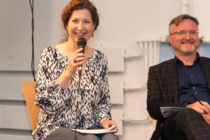 Kathrin Schirmer moderiert Podiumsdiskussion, neben ihr Jürgen Enninger, Leiter Kompetenzzentrum Kultur- und Kreativwirtschaft München