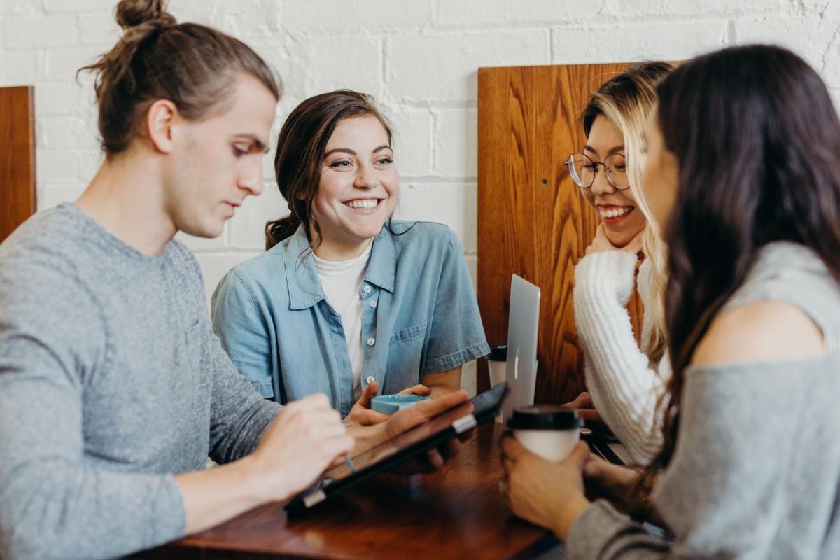 Symbolfoto für Gendern in der Unternehmenskommunikation: Junges Team aus Mann und Frauen